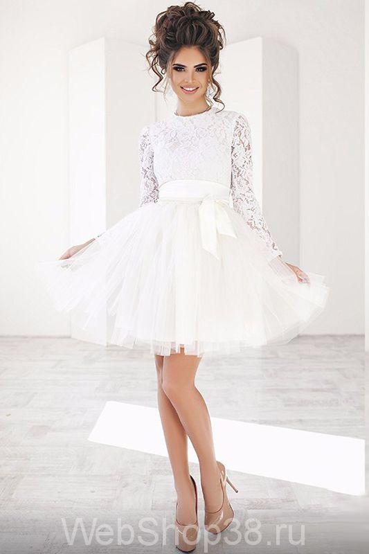 Белое платье с пышной юбкой и рукавами